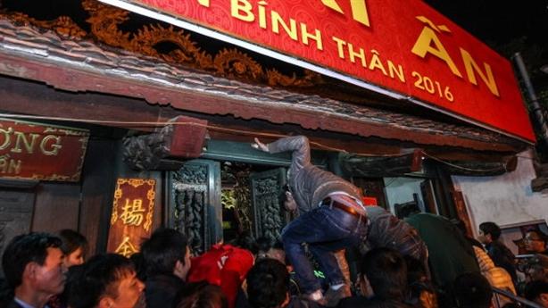 Phát ấn Đền Trần: Người Việt trổ tài kungfu leo bàn thờ