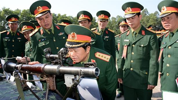 Đại tướng Đỗ Bá Tỵ kiểm tra vũ khí Trung đoàn 101
