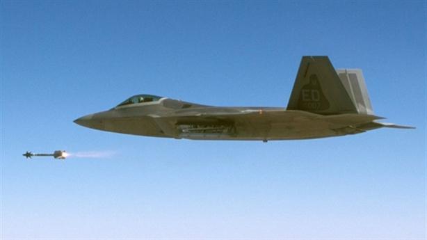 Thế mạnh của F-22 trước T-50 khi mang đao kiếm mới