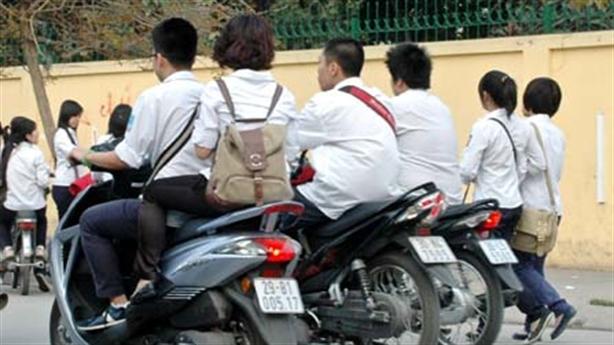 Đình chỉ học sinh phạm giao thông: Sao không phạt công chức?