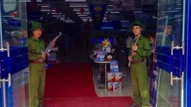 Trần Anh lại gây bão: Cầm súng giả đón khách