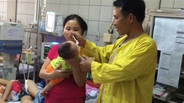 Con viêm phổi vì mẹ quấn chặt chống giật mình