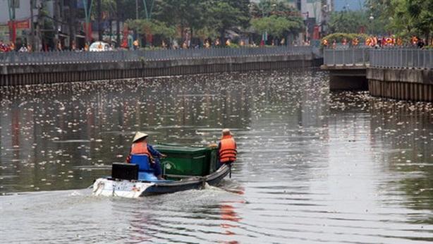 Công nhân kiệt sức vớt cá chết kênh Nhiêu Lộc Thị Nghè
