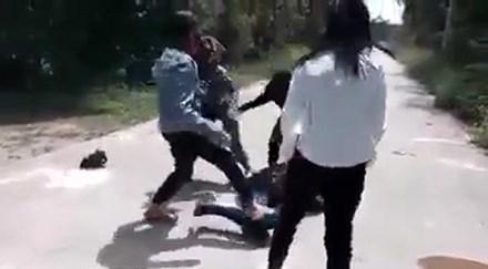 Bốn nữ sinh đánh tới tấp bạn, cởi mũ khoe chiến công