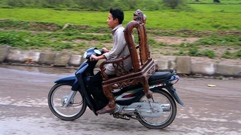 Ngồi ghế bành điều khiển xe máy