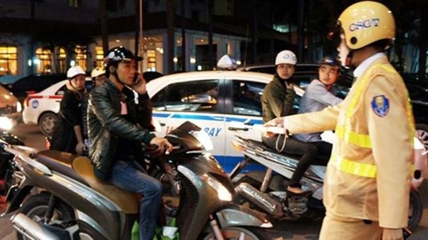 Nghe điện thoại khi lái xe bị phạt: CSGT nói rất cần