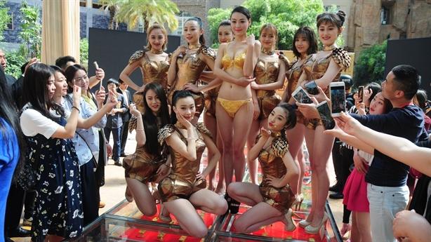 Người mẫu diện bikini tiền tỷ đi trên 666 thỏi vàng ròng
