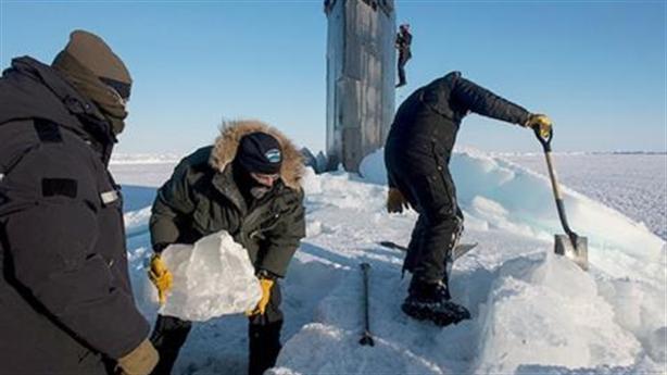 Thủy thủ Mỹ xúc băng khi tàu ngầm trồi lên:Nga cười nhẹ