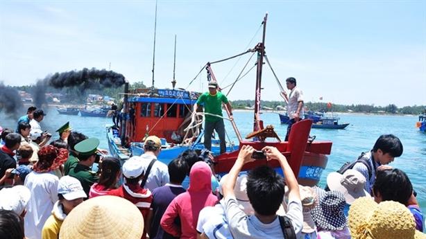 Đâm tàu cá ở Hoàng Sa, còn ngăn ngư dân cứu người?