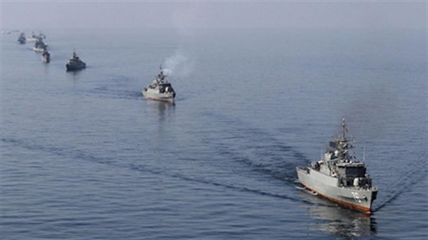 Năm tàu Iran lượn lờ quanh hai khu trục Mỹ ở Hormuz