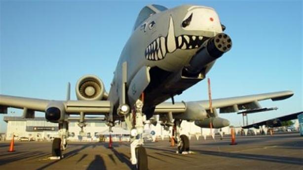 Clip lợn lòi A-10 hạ cánh xuống lòng hồ