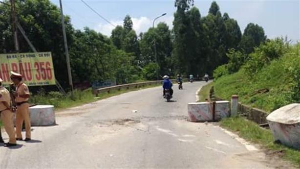 Tháo trụ bêtông chặn cầu Việt Trì: CSGT chỉ hướng đóng tiền