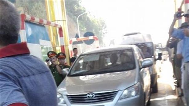 Cập nhật nóng: Dân vây trạm BOT Quốc lộ 6