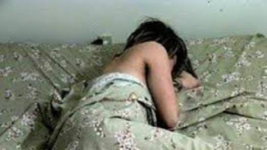 Bé gái 8 tuổi chết trong bao tải, không mặc quần áo?