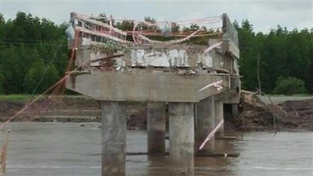 Cầu nhiều tỷ vừa thông xe đã sập: Lập đoàn liên ngành