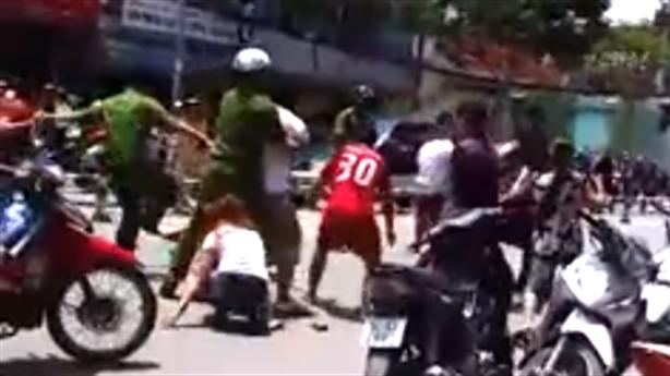 Clip: Nữ sinh hỗn chiến, cảnh sát nổ súng dẹp náo loạn