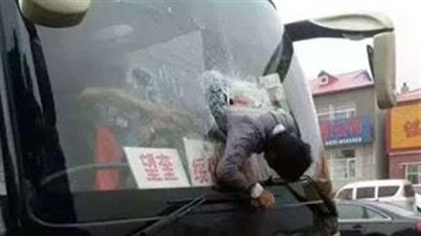 Hành khách phi thân tông thủng kính chắn gió ô tô