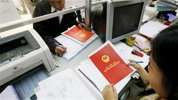 TPHCM kiểm tra 'lót tay' lấy sổ đỏ: Sẽ như Hà Nội?
