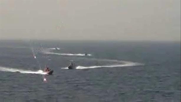 Tàu Iran áp sát, khu trục Mỹ sẵn sàng tấn công