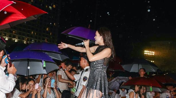 """Ngất ngây với đêm nhạc """"hát trong mưa"""" của dàn showbiz Việt"""