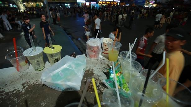 Phố đi bộ ngập trong rác: Hà Nội nên học Đà Lạt