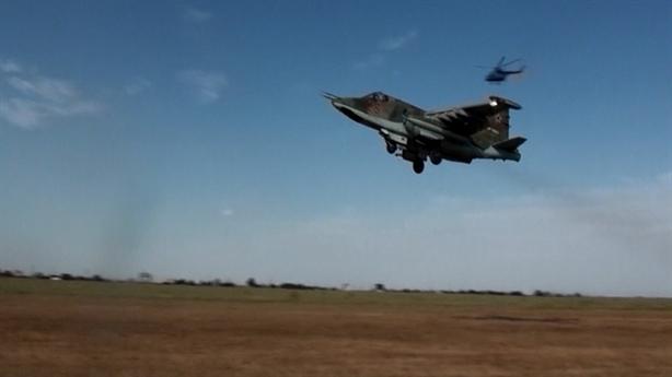 Su-25MS cất cánh trên đường băng bằng cát