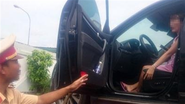 CSGT cẩu xe cùng người vi phạm