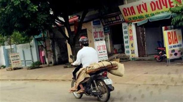 Chở người chết bằng xe máy, một chuyện xé lòng - DVO - Báo Đất Việt
