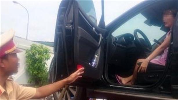 CSGT cẩu nữ tài xế: Trong xe có gần 1 tỷ