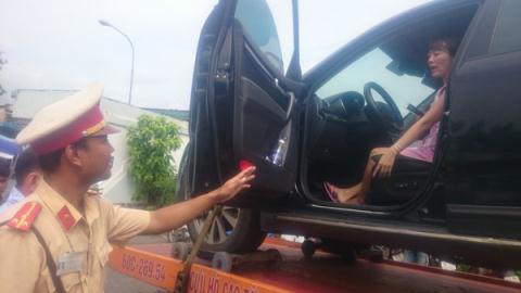CSGT cẩu nữ tài xế: Quay 16 đoạn video