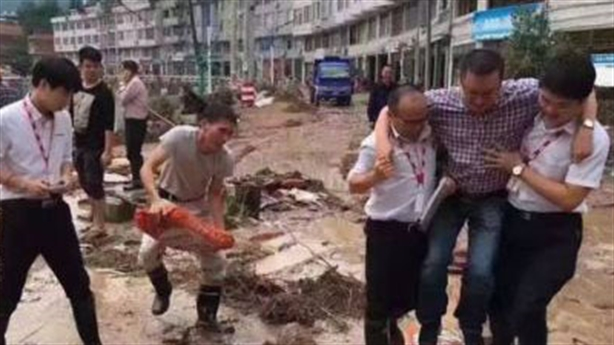 Quan Trung Quốc bị sa thải vì được khiêng qua chỗ lội