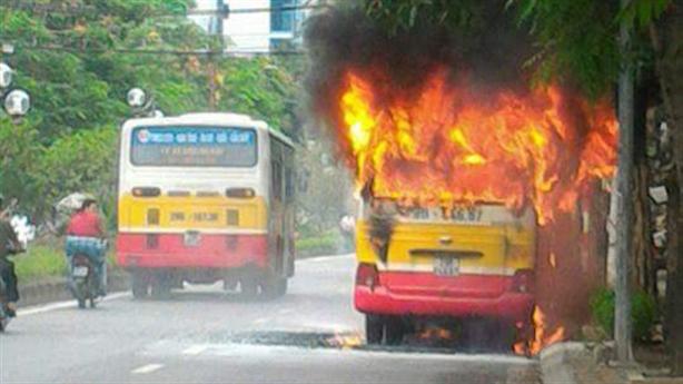 Clip xe buýt Hà Nội đang đi phát nổ, bốc cháy