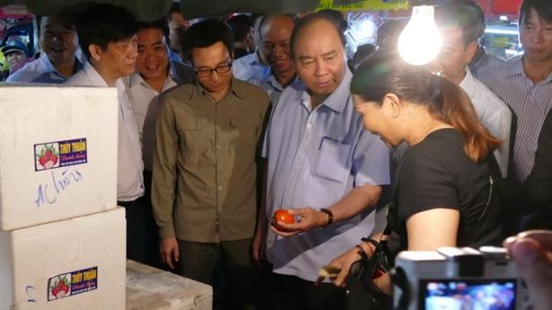 Thủ tướng đặt câu hỏi ở chợ Long Biên