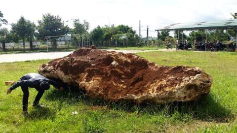 Hòn đá hơn 20 tấn của dân: Cứ bắt rồi tính?