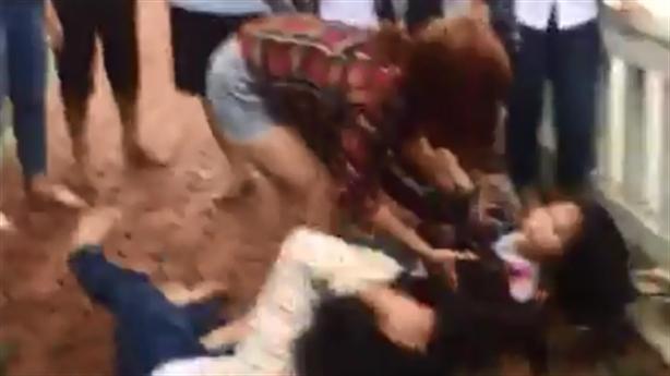 Nữ sinh bị đánh hội đồng: Nhắm mắt nằm bẹp che đầu