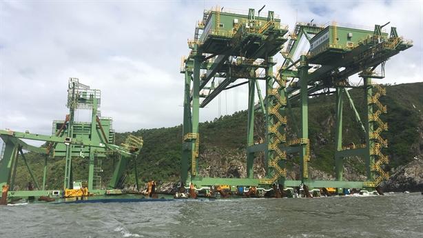 Ba giàn cẩu Formosa dạt bờ Quảng Bình: Chốt phương án cuối