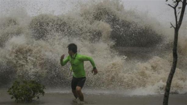 Tin mới bão số 8: Giật cấp 16 tàn phá Trung Quốc