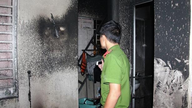 Bố chết cháy vì lao vào lửa tìm con: Mâu thuẫn lạ