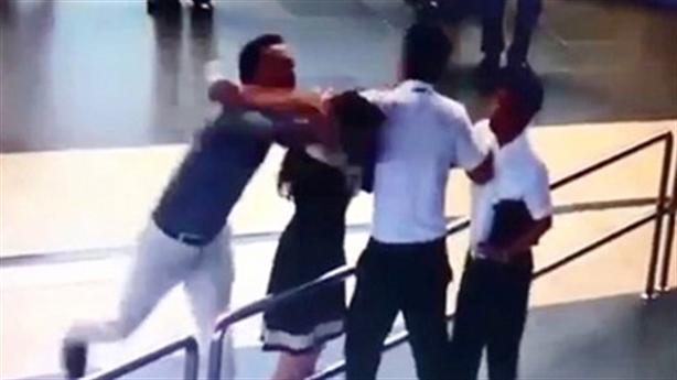 Đạp hành khách đánh nhân viên sân bay: Chấp nhận được