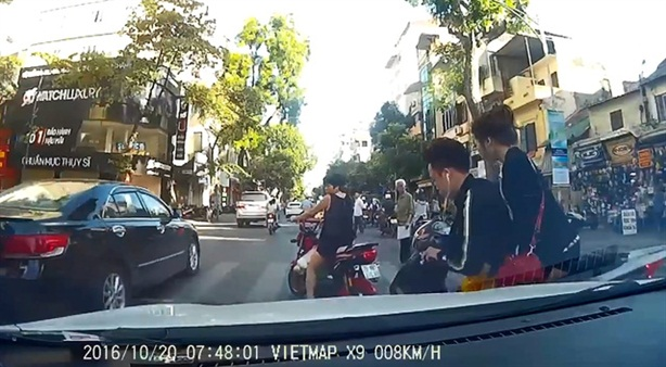 Lái SH tạt đầu ôtô khiến bạn gái văng xuống đường