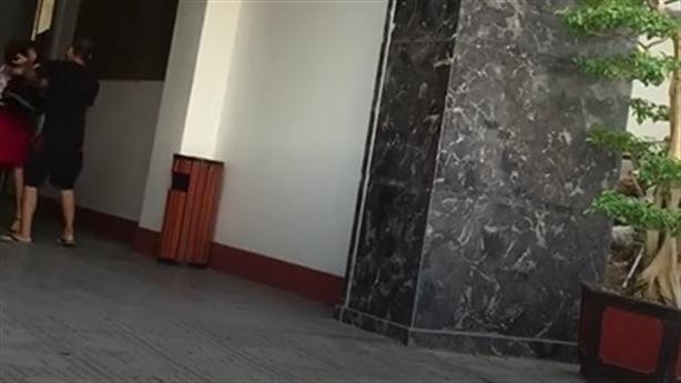 Chồng đánh vợ trước cửa khách sạn: Gửi xe uống cafe