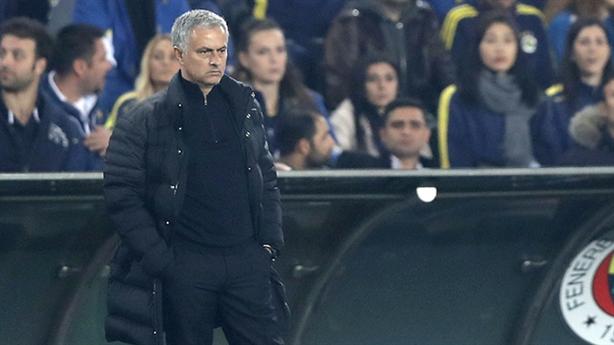 Mourinho gián tiếp thừa nhận Man United chia bè