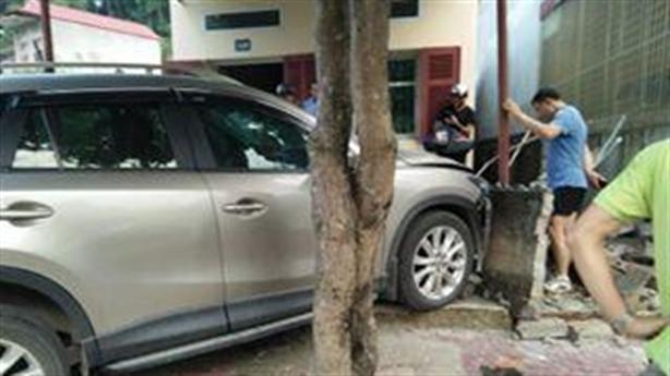 Giám đốc Sở lái xe tông nhà dân: Tránh trẻ nhỏ