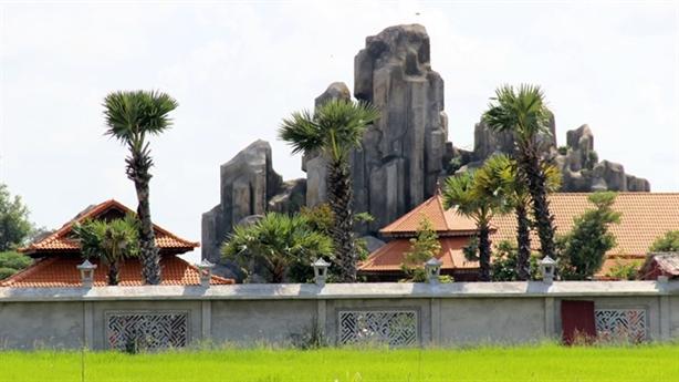 Việt Kiều xây núi giữa cánh đồng: Vì... chưa rõ thủ tục