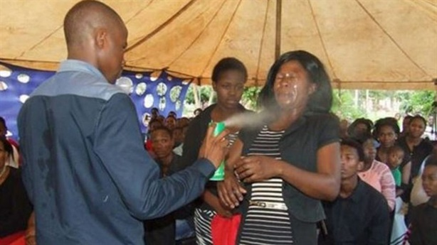 Xịt thuốc trừ sâu chữa ung thư, HIV gây sốc