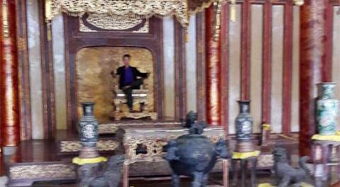 Sự thật du khách ngồi lên ngai vàng nhà Nguyễn