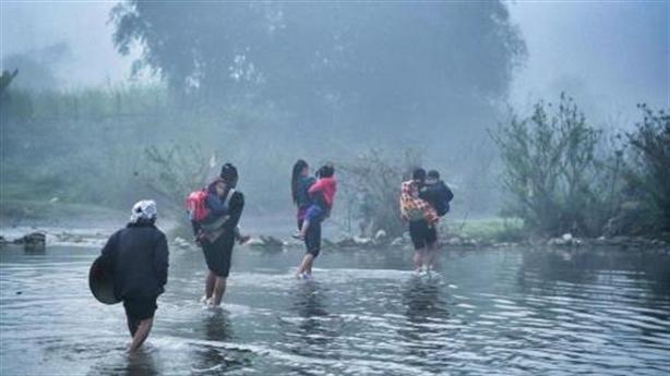 Trẻ đi cầu một gang tay: Tháo cầu cho trẻ... lội suối