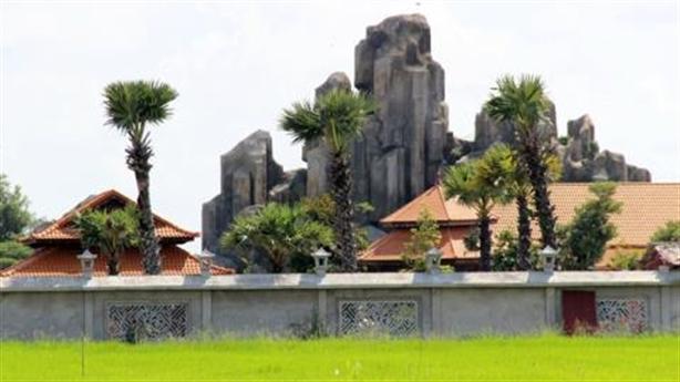 Việt Kiều xây núi giữa cánh đồng: Những lời mâu thuẫn