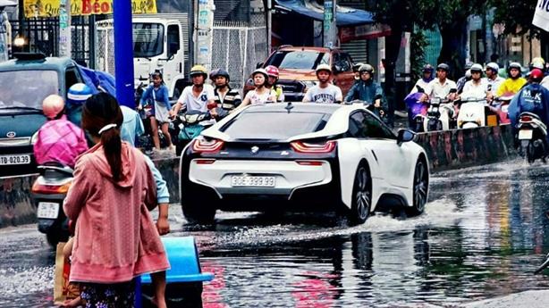 Siêu phẩm BMW i8 lội nước Sài thành: Cám cảnh đại gia