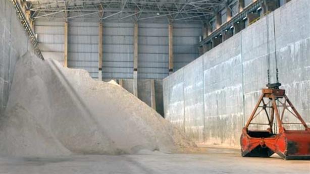 Ra lò mẻ Alumin đầu tiên: Bán cho Trung Quốc, khó lãi